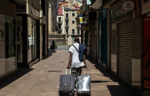 Una persona camina por una calle del centro de Lleida este lunes