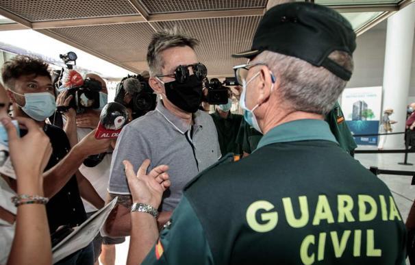 Roberto Martins, uno de los hermanos de Antonio Anglés, a su llegada a la Ciudad de la Justicia de València,