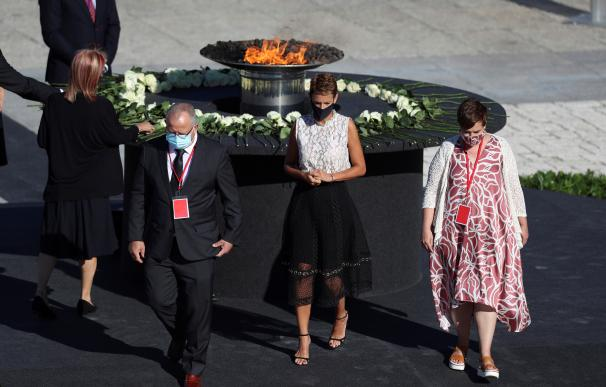 La presidenta de Navarra, María Chivite, realiza una ofrenda floral ante el pebetero central durante el homenaje de Estado a las víctimas