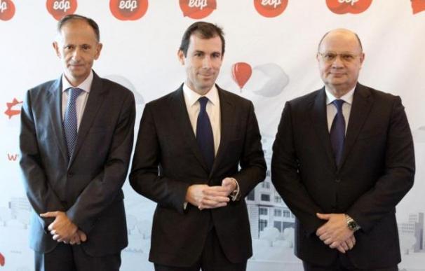 El nuevo consejero delegado de EDP Miguel Stilwell (centro) en una imagen de archivo.