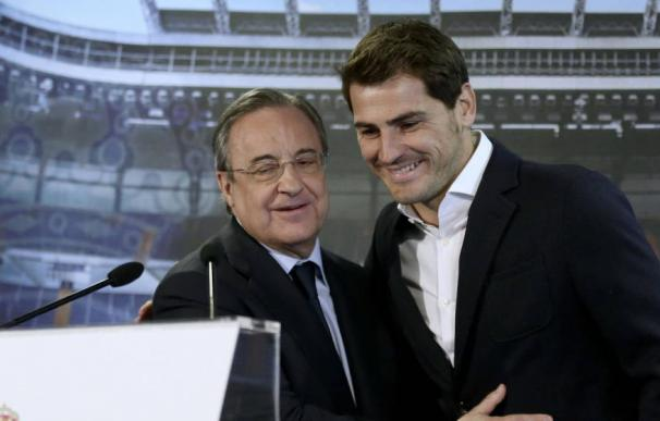 Iker Casillas, con Florentino Pérez en la despedida institucional que el club le brindó en 2015. (EFE)
