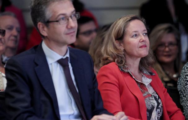 El gobernador del Banco de España, Pablo Hernández de Cos y la ministra de Economía en funciones, Nadia Calviño, durante el coloquio con motivo del Día de la Educación Financiera, en Madrid (España), a 7 de octubre de 2019.