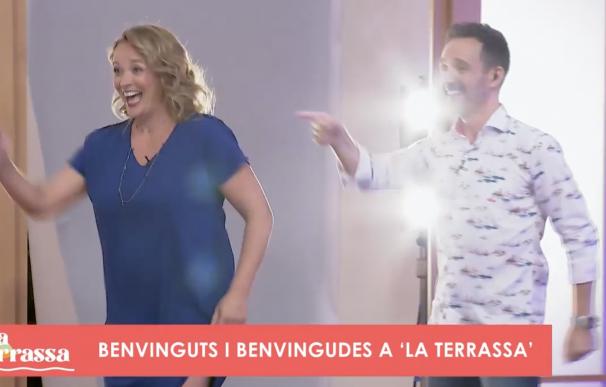 Carolina Ferre y Eduard Forés entran por la puerta del estudio bailando. Las puertas de entrada al plató se ha ido perdiendo y son importantes como ritual para marcar el tono del formato.