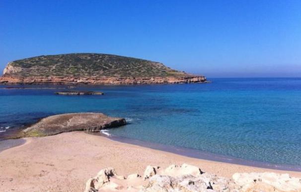 En Baleares, la Cala Comte de Ibiza es la reina de las playas. Desde su arena blanca puede ver la puesta de sol sobre sus aguas cristalinas a lo largo de sus 800 metros de extensión.