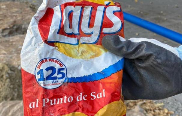 Encuentran una bolsa de patatas fritas de hace 22 años en una playa de Alicante
