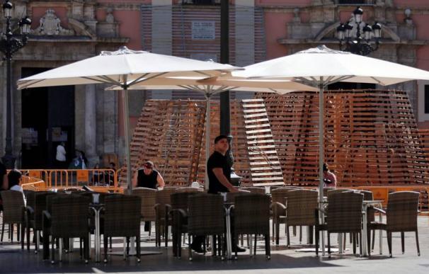 Una terraza vacía debido a la crisis del coronavirus en el centro de Valencia