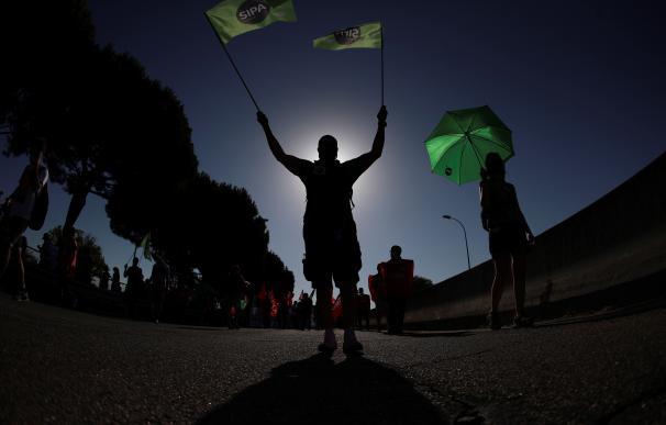 Trabajadores de Airbus participan en una marcha de protesta desde la fábrica de la compañía al Ayuntamiento de Getafe, este jueves.