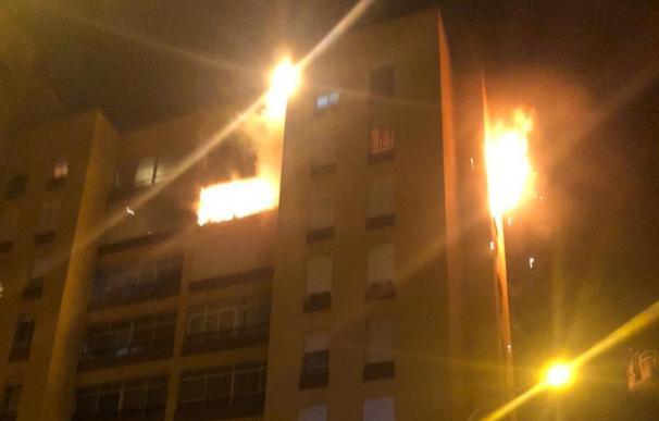 Diecinueve heridos en el incendio de un edificio en Santa Cruz de Tenerife