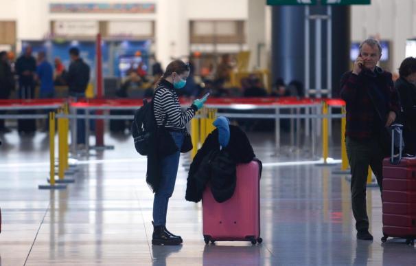 Una pasejera comprueba su vuelo en el aeropuerto de Málaga durante el verano de la pandemia