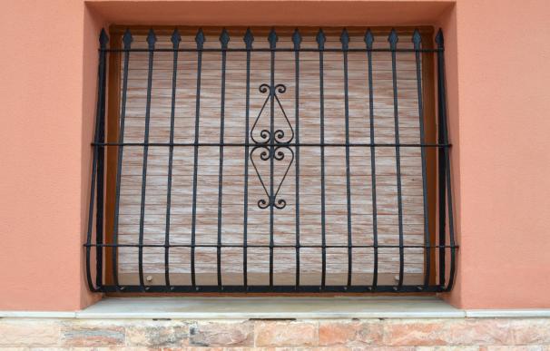 Las rejas en las ventanas de una planta baja pertenecen a la fachada.