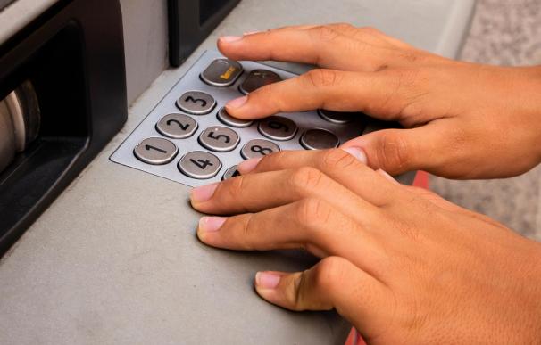 Estar en 'números rojos' en la cuenta bancaria implica el pago de comisiones e intereses.