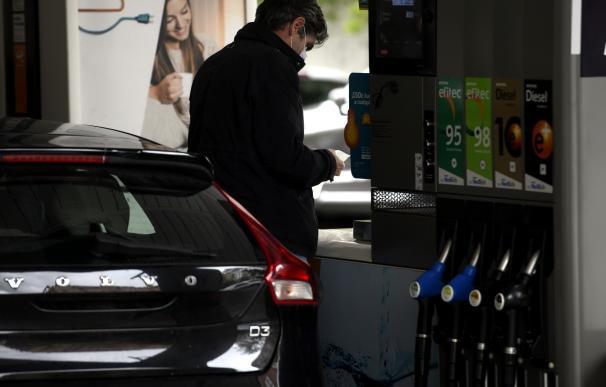 Un hombre echa gasolina a su coche en una gasolinera el día en el que se ha publicado que el Índice de Precios de Consumo (IPC) recortó en abril siete décimas su tasa interanual, hasta el -0,7%. El organismo estadístico ha atribuido la disminución de la tasa interanual del IPC al abaratamiento de los carburantes y combustibles y de la electricidad y el gasóleo para calefacción, en Madrid (España) a 14 de mayo de 2020. 14 MAYO 2020 GASOLINA;CARBURANTE;COCHES;TRANSPORTE;VEHÍCULO (Foto de ARCHIVO) 14/5/2020
