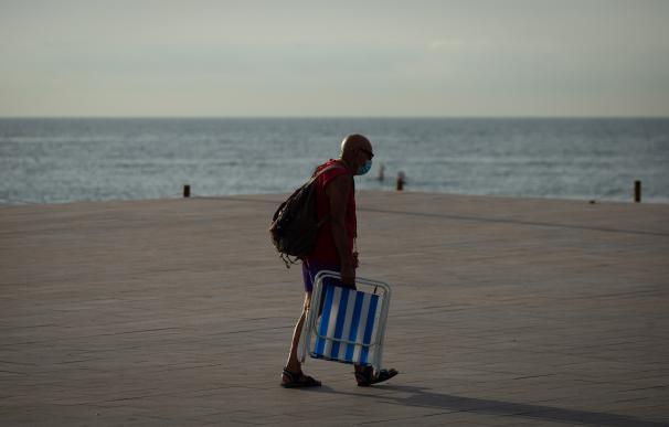 Un hombre con mascarilla en la Barceloneta - coronavirus