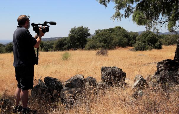 Un operador de cámara toma imágenes del lugar donde se ha localizado el cuerpo de una mujer de 70 años