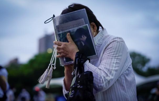 Una mujer no contiene la emoción en el acto de 75 aniversario de la masacre de Hiroshima.
