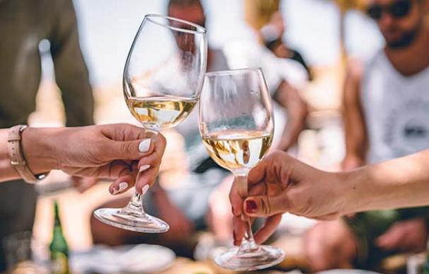 Brindis con copa de vino blanco en una reunión familiar