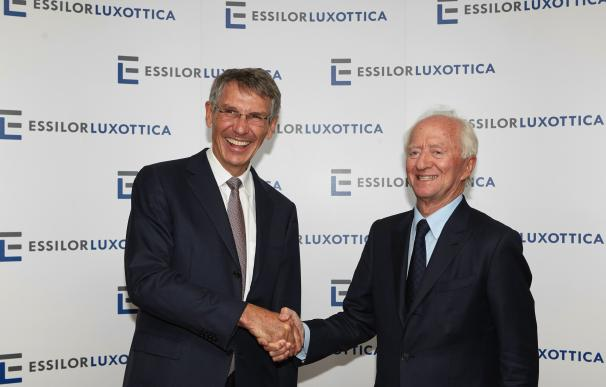 Leonardo Del Vecchio (derecha) cuando Luxottica se fusionó con Essilor en 2018.