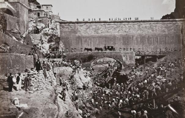 Imagen del Canal de Isabel II y los prisioneros construyendo el Pontón de la Oliva.