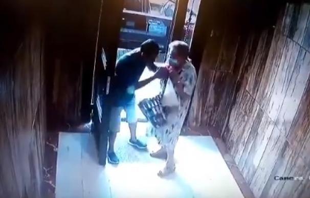 Detenido un hombre tras robar y agredir a una anciana dentro de un portal