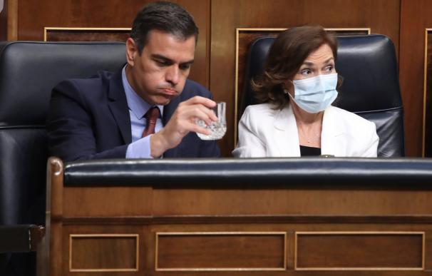 El presidente del Gobierno, Pedro Sánchez, y la vicepresidenta, Carmen Calvo, en el Congreso.