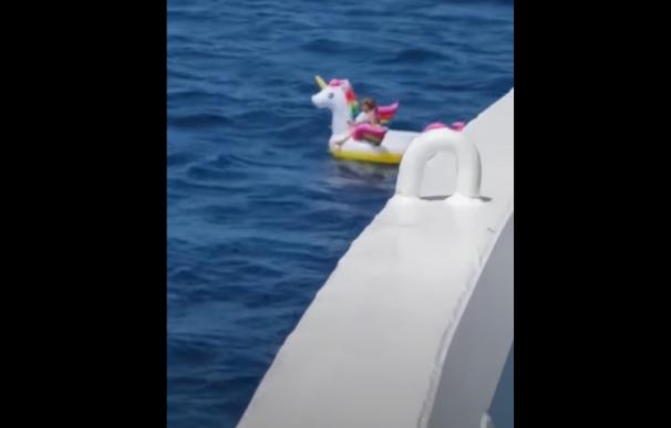 Un ferry rescata a una niña de 4 años a la deriva en un flotador en alta mar