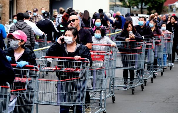Imagen de una cola en la puerta de un supermercado en Estados Unidos durante la pandemia.