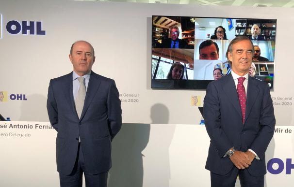 El expresidente de OHL Juan Villar-Mir de Fuentes, con el consejero delegado Juan Antonio Fernández Gallar y de fondo la imagen de los consejeros de la compañía tras la junta telemática de 2020