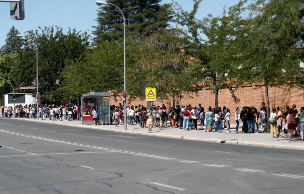 Una multitud de personas guardan cola en el IES Virgen de la Paloma para realizarse test de coronavirus, en Madrid
