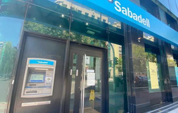Una oficina del Banco Sabadell en Madrid (España), a 31 de julio de 2020. Caixabank AM y Sabadell AM han elevado el nivel de riesgo asignado a una veintena de sus fondos de inversión comercializados tras la volatilidad sufrida por sus valores liquidativos en los últimos cuatro meses por el coronavirus, pese a no haber modificado su política de inversión. 31 JULIO 2020;FINANZAS;ECONOMÍA;BANCA (Foto de ARCHIVO) 31/7/2020