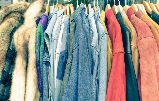 Cada vez son más las personas que se ganan la vida vendiendo ropa de segunda mano.
