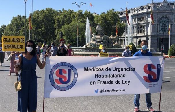 Varias personas sujetando el cartel contra la temporalidad en la manifestación de este sábado en Madrid