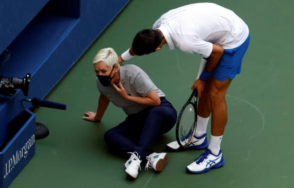 Novak Djokovic se interesa por el estado de la juez de línea a la que acaba de golpear de un pelotazo.