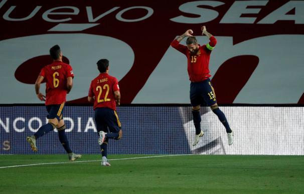 Sergio Ramos celebra uno de sus dos goles en la victoria de España sobre Ucrania.