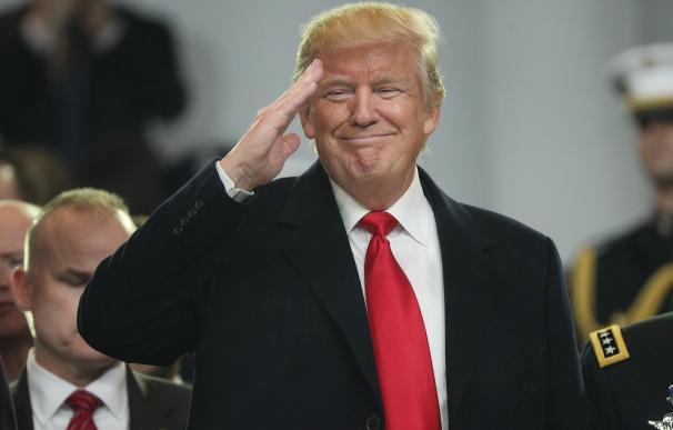 Donald J. Trump saluda después de prestar juramento como presidente de EEUU el 20 de enero de 2017