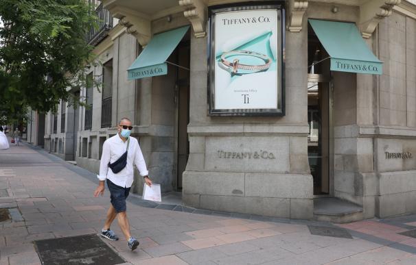 Un hombre pasa junto a la entrada de la tienda Tiffany de la calle José Ortega y Gasset, 10 de Madrid. Las ventas de compañía estadounidense de joyería retrocedieron un 45% entre febrero y abril, hasta 556 millones de dólares, ya que la empresa mantuvo cerradas el grueso de sus tiendas durante el periodo para contener el avance de la pandemia. En Madrid (España), a 11 de junio de 2020. 11 JUNIO 2020 COMPRA;ECONOMÍA;DESESCALADA;LUJO;MILLA DE ORO (Foto de ARCHIVO) 11/6/2020