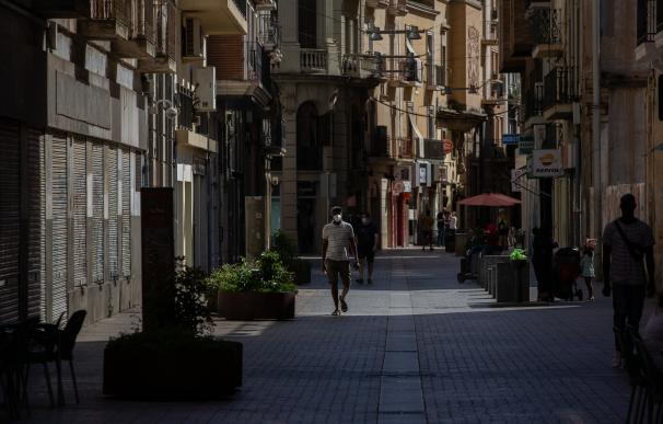 Varias personas caminan por una calle del centro de Lleida, capital de la comarca del Segrià, en Lleida, Catalunya (España), a 6 de julio de 2020. El presidente de la Generalitat, Quim Torra, anunció el pasado sábado el confinamiento perimetral por 14 días de la comarca del Segrià debido al aumento considerable de los números de contagios del COVID-19. 07 JULIO 2020 (Foto de ARCHIVO) 6/7/2020