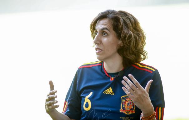 La presidenta del Consejo Superior de Deportes (CSD), Irene Lozano, durante el acto de conmemoración del X aniversario de la victoria de la selección española de fútbol en el Mundial de Sudáfrica, con la exhibición del trofeo de la Copa del Mundo conquistado por la 'Roja'. En la sede del Consejo Superior de Deportes ubicado en la Calle Martín Fierro, 5, Madrid, (España), a 10 de julio de 2020. 10 JULIO 2020 LA ROJA;MUNDIAL DE SUDÁFRICA (Foto de ARCHIVO) 10/7/2020