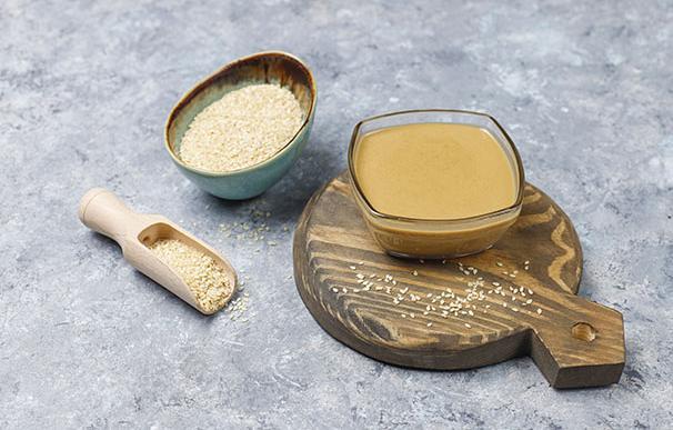 Tazón de tahini con semillas de sésamo