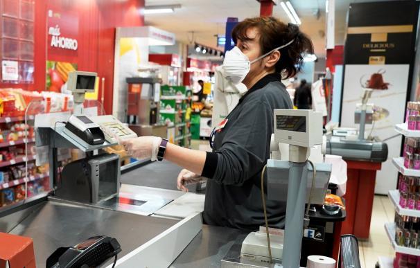 Empleado con mascarilla por coronavirus de los supermercados Dia