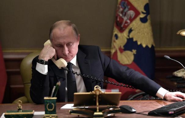 "Putin blinda a Lukashenko con fuerzas aerotransportadas para ""maniobras"""