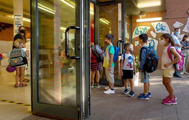 Un millón y medio de alumnos catalanes vuelven al cole con dudas por la COVID