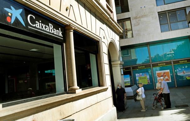 Vista de una oficina de Bankia y otra de CaixaBank en el centro de L'Hospitalet (Barcelona)
