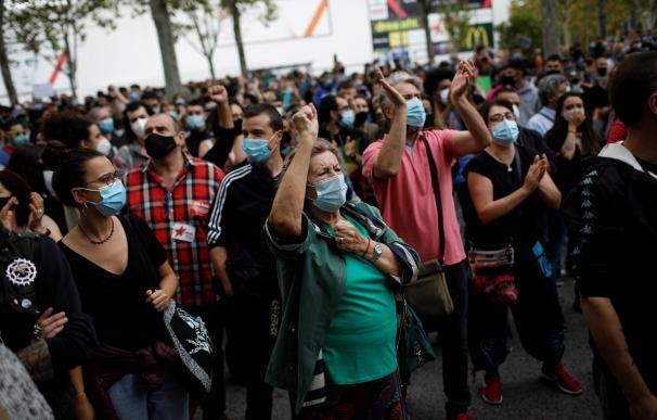 Centenares de personas se han concentrado este domingo en la Asamblea de Madrid para protestar contra las restricciones