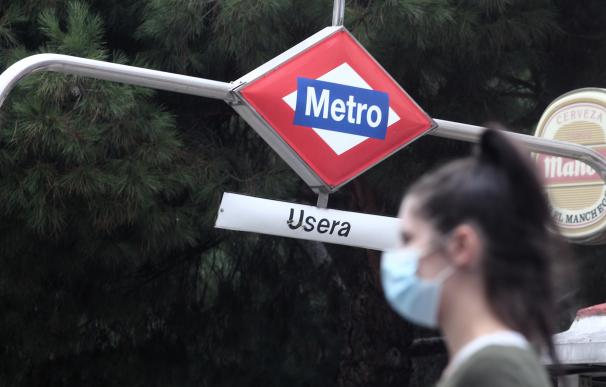 Una persona sale del metro del distrito de Usera, Madrid (España), a 18 de septiembre de 2020.