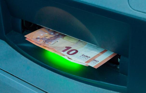 La herencia juega un papel clave para determinar a quién pertenece el dinero de la cuenta bancaria de un fallecido.