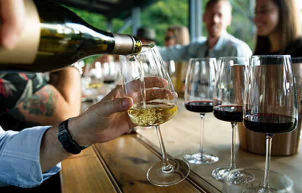 Un grupo de amigos comparten copas de vino
