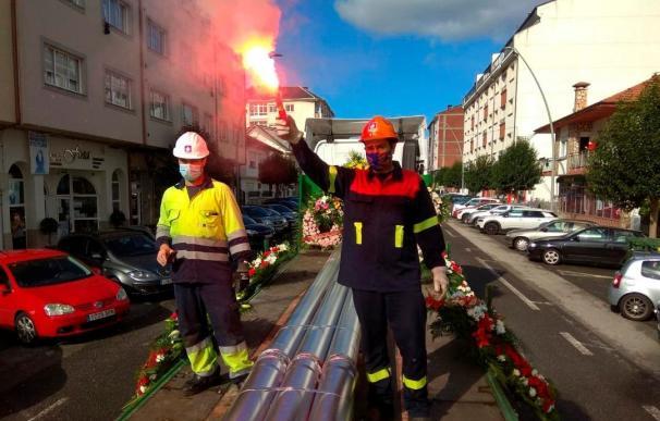Un multitudinaria manifestación recorrie la localidad lucense de Xove para reclamar la continuidad de la producción en la fábrica de aluminio primario de Alcoa San Cibrao y el mantenimiento de los puestos de trabajo.