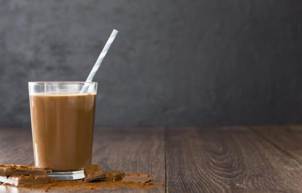 Vaso de leche con cacao en polvo