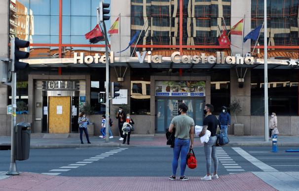 Vista de la entrada del hotel Vía Castellana en Madrid, uno de los hoteles medicalizados de la capital