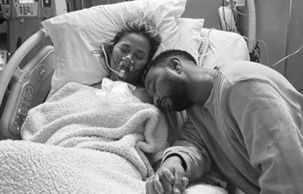 Chrissy Teigen y John Legend tras perder al bebé que esperaban.
